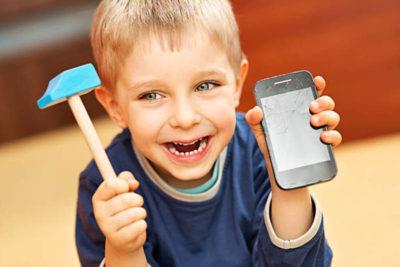 ребенку разбили телефон в школе что делать